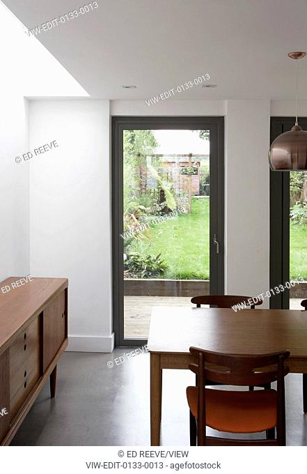 Classical modernist house of 223 m² . The structure is built on two floor: on the ground floor there is the kitchen with a dinin