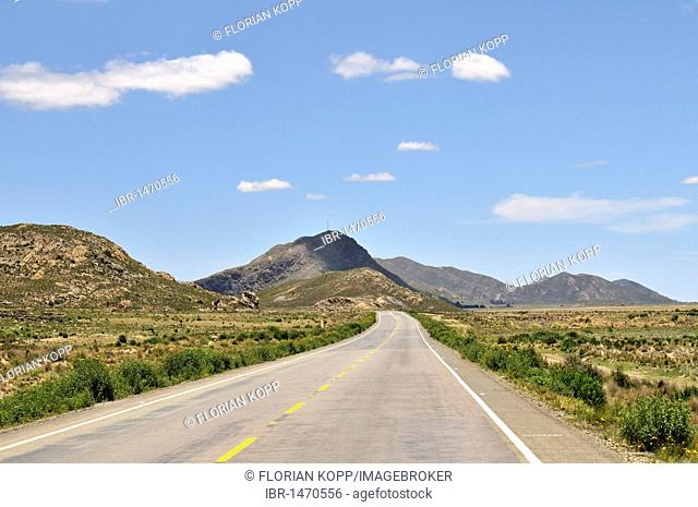 Highway and mountains in the Bolivian Altiplano highlands, Departamento Oruro, Bolivia, South America