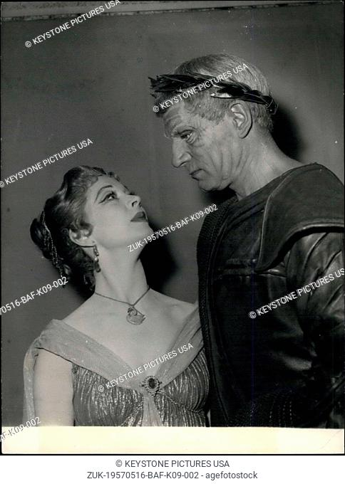 May 16, 1957 - The two English actors will be presenting the Shakespeare play at the Theatre des Nations in Paris. (Credit Image: © Keystone Press...
