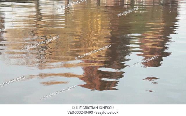 Laubb?ume in Herbstf?rbung spiegeln sich im Wasser