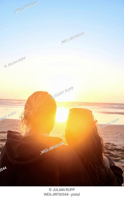 Portugal, Algarve, couple on the beach at sunset