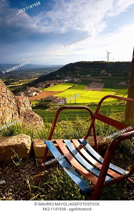 Cadira metàl-lica del Barça amb vistes al poble de Forès