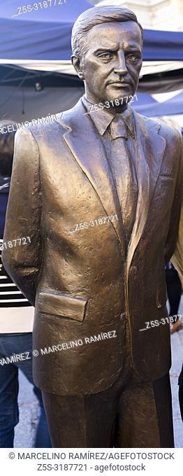 Bronze sculpture of the President of the Government of Spain Adolfo Suárez González. Avila, Castilla y Leon, Spain, Europe