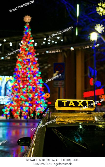 Germany, Berlin, Mitte, Potsdamer Platz, Christmas tree and Berlin taxi