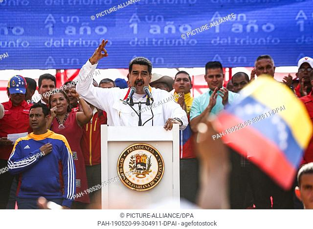 20 May 2019, Venezuela, Caracas: Nicolas Maduro (M.), President of Venezuela, speaking at a rally marking the anniversary of his re-election
