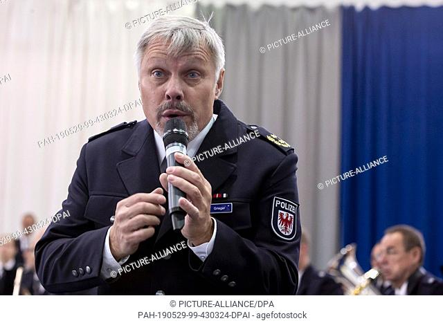 29 May 2019, Brandenburg, Oranienburg: Rainer Grieger, President of the Brandenburg Police College, sings at the beginning of the solemn swearing-in of the 2018...