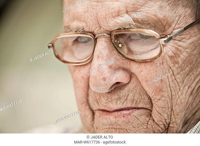 ritratto in primo piano di un uomo anziano con gli occhiali