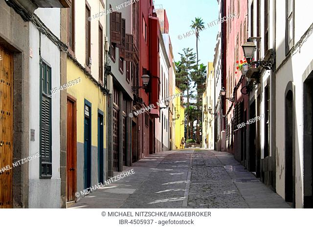 Small street, colored houses in the historic centre, Las Palmas, Gran Canaria, Canary Islands, Spain