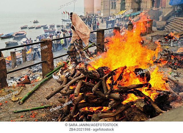 Hindu cremation ceremony at Manikarnika Ghat on banks of holy Ganges river, Varanasi, Benares, Uttar Pradesh, India, Asia
