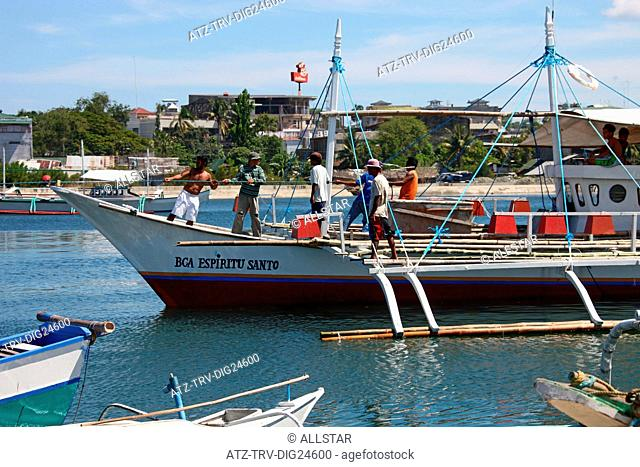 PULLING FISHING BOAT; PUERTO PRINCESA, PALAWAN, PHILIPPINES, ASIA; 22/04/2015