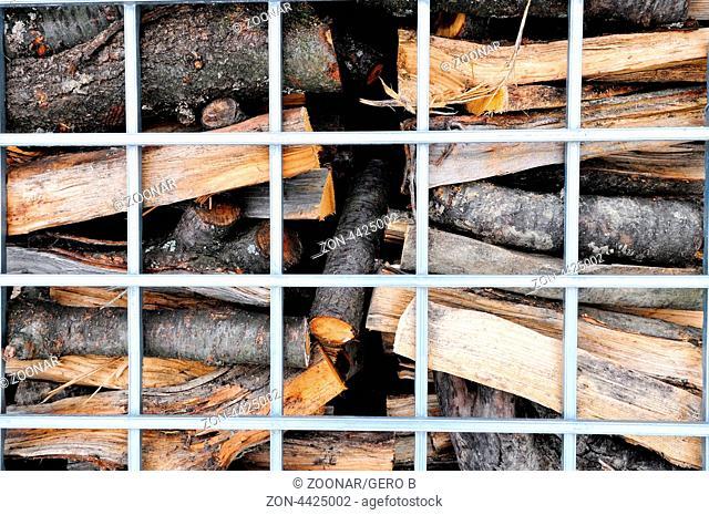 Brennholz hinter Gitter, Firewood behind bars