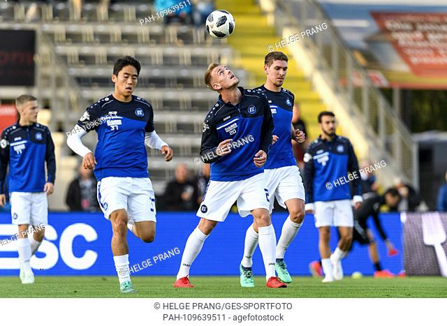 ksc player while warming up, Alexander Groiss (KSC) juggles the BAll with the head. GES / Soccer / 3. Liga: VfR Aalen - Karlsruher SC, 26.09
