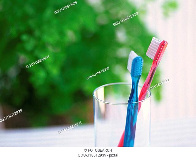 Two Toothbrushes in the Glass, Differential Focus