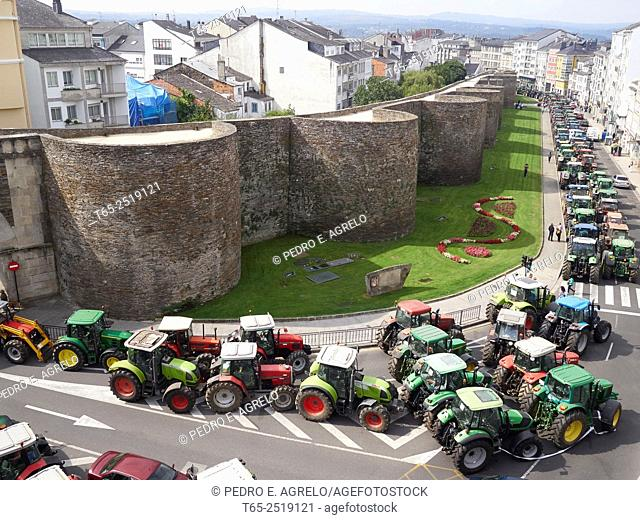 SECTOR LACTEO, Farmers continue in the walled city of Lugo. Surrounding the perimeter of the Roman wall with their tractors and are awaiting further decisions...