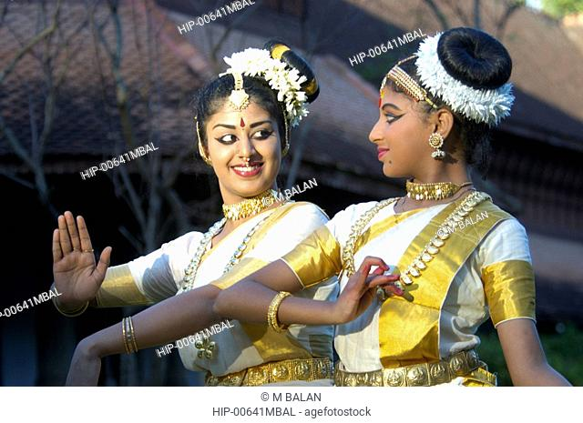 MOHINIYATTAM DANCERS IN FRONT OF KUTHIRAMALIKA PALACE, TRIVANDRUM