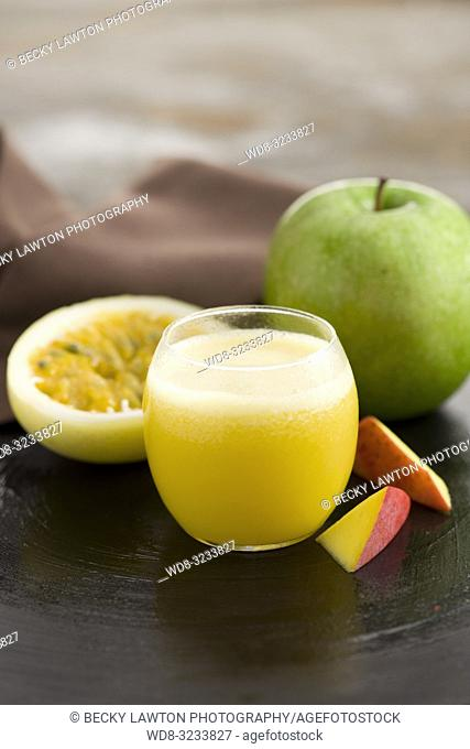 zumo de maracuya, manzana y mango. / passion fruit, apple and mango juice