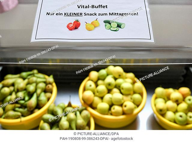 07 August 2019, Berlin: Apples and pears are available for lunch in the cafeteria of the primary school at Wuhlheide. Photo: Jens Kalaene/dpa-Zentralbild/ZB