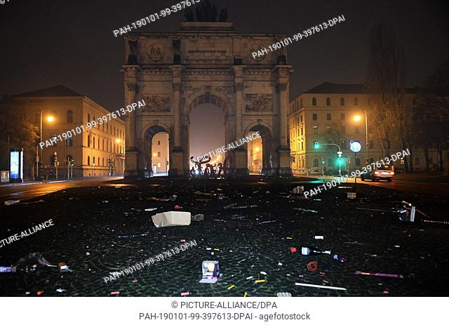 01 January 2019, Bavaria, München: Garbage can be seen at the Siegestor in the state capital Munich on New Year's Eve from 31.12.2018 to 1.1.2019