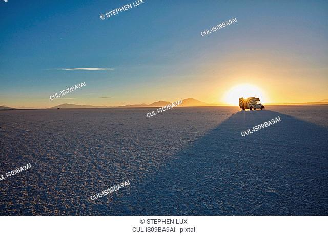 Recreational vehicle, travelling across salt flats, Salar de Uyuni, Uyuni, Oruro, Bolivia, South America