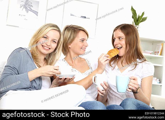 drei freundinnen frühstücken