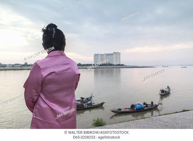 Cambodia, Phnom Penh, people along Tonle Sap Riverfront, NR