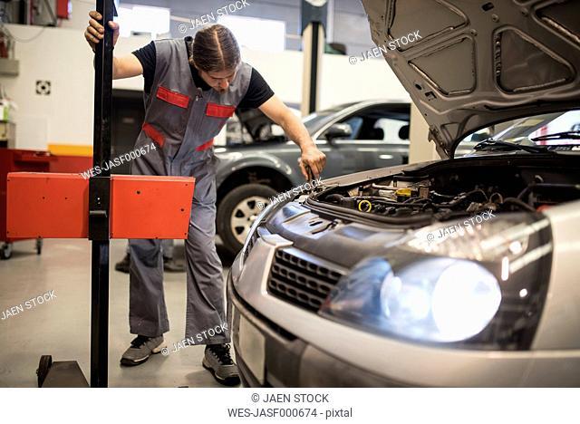 Adjustment and testing of car lights in workshop