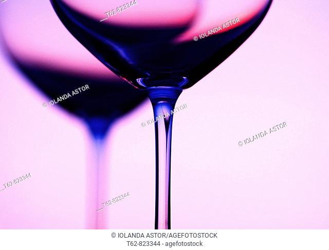 Detalle de una copa de vino con reflejo Color