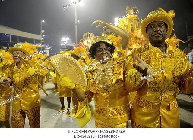 Couple, elderly, parade of the Samba school Beija Flor de Nilópolis, Carnival 2016 in the Sambadrome, Rio de Janeiro, Brazil