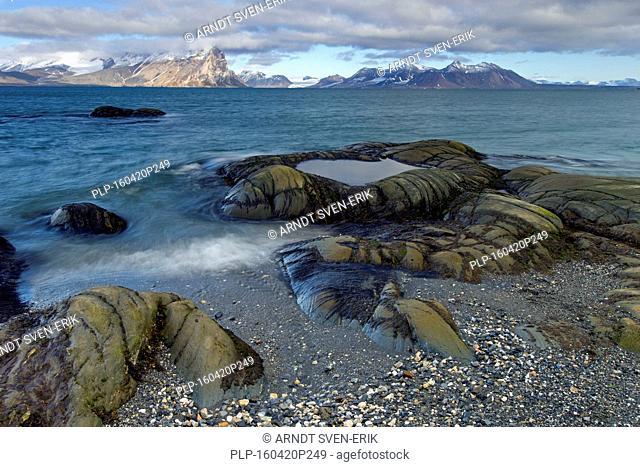 Coastline along Gashamna / Goose Bay, Hornsund, Svalbard / Spitsbergen, Norway