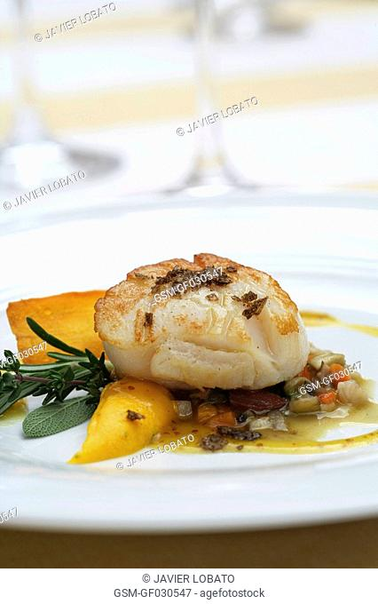 Scallops with vegetables, carrot cream and vinaigrette