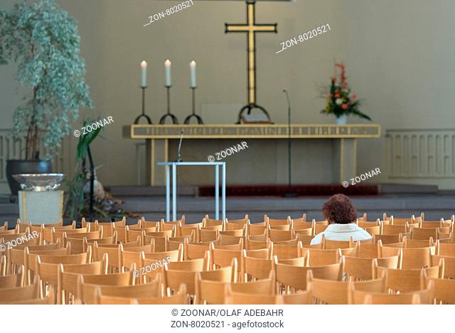 Beten in einer Kirche. Praying in a church