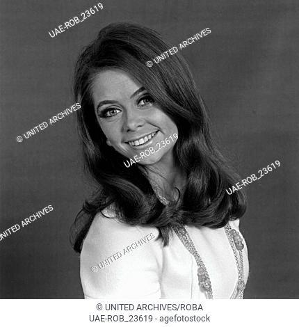 Die norwegische Schlagersängerin Wencke Myhre beim Fotoshooting, Deutschland 1970er Jahre. Nowegian schlager singer Wencke Myhre, Germany 1970s