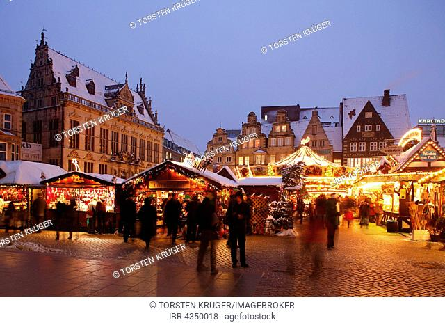 Christmas Market at the Market Square with House Schutting, marketplace at dusk, Bremen, Germany