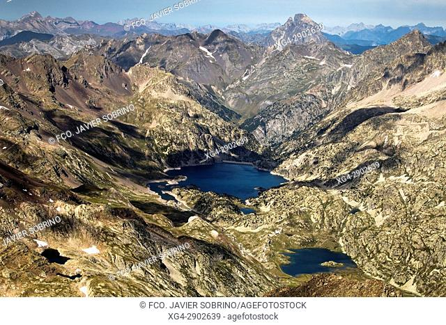 Circo de Piedrafita. Al fondo, ibón de Respomuso y pico Midi d'Ossau. Valle de Tena. Provincia de Huesca. Aragón. Pirineos. España. Europa