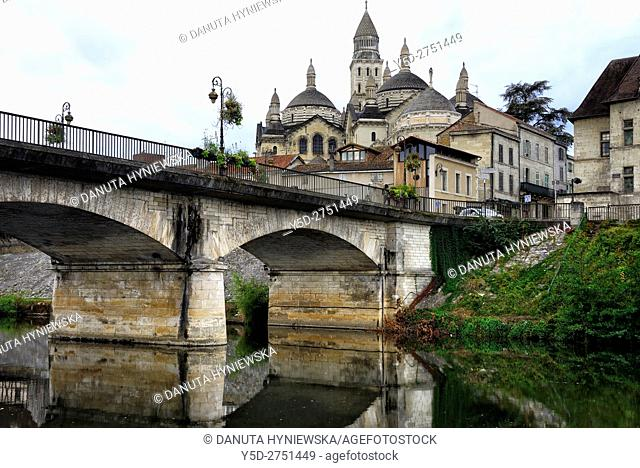 old town of Périgueux, in front bridge over Isle River, Saint-Front Cathedral in background, World Heritage Sites of the Routes of Santiago de Compostela in...