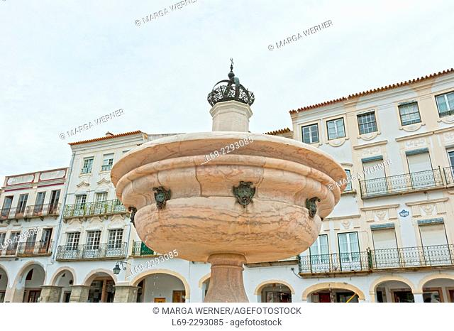 Main square, Praca do Giraldo, with marble fountain from 1571 in front of buildings with Moorish arcades, historic centre of Evora, Alentejo, Portugal, Europe