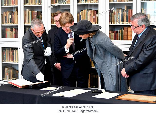Queen Maxima and King Willem-Alexander (M) of the Netherlands standing with the director of the Goethe and Schiller Archives, Bernhard Fischer (L), in Weimar