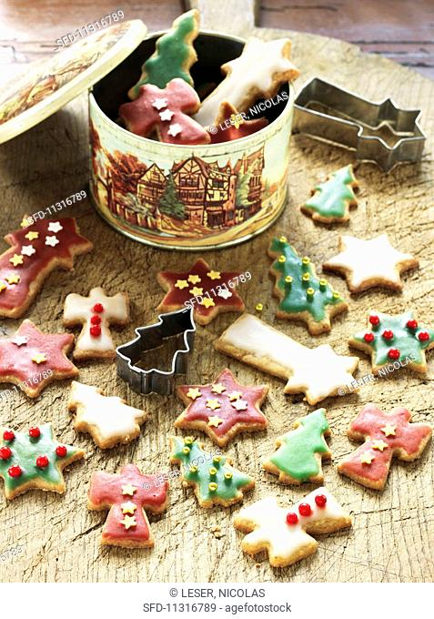 Colourful butter biscuits with icing sugar (Christmas)