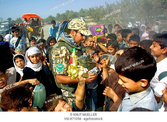 Deutscher Bundeswehrsoldat mit Schulkindern in Kunduz. Achtung! Veröffentlichungsfreigabe nur für journalistischen Gebrauch! NO MODELRELEASE FOR COMMERCIAL USE