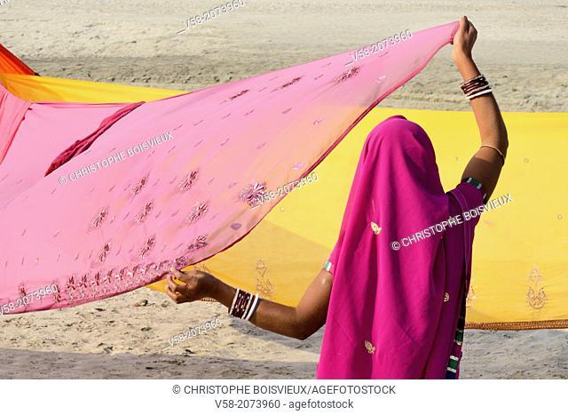 India, Bihar, Sonepur, Women drying sarees