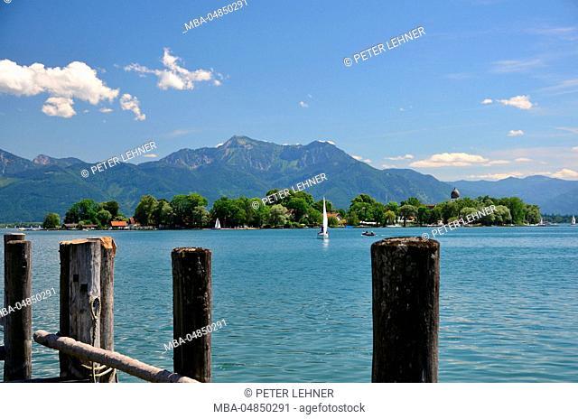 Germany, Bavaria, Chiemgau, Lake Chiemsee, Gstadt, wooden jetty