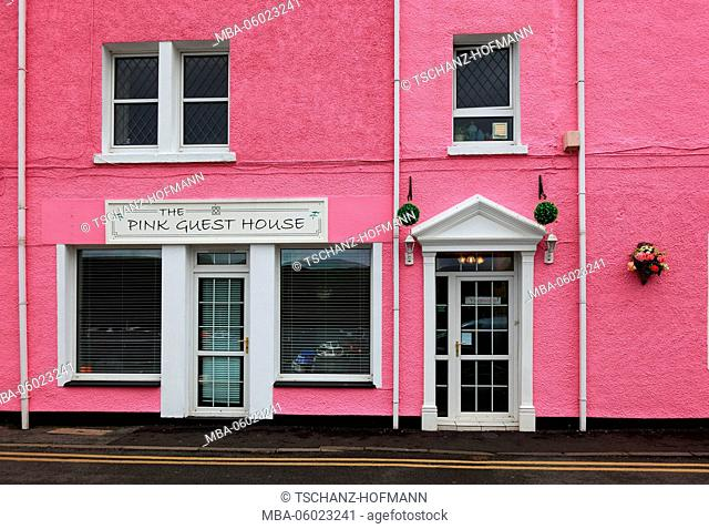 Scotland, the Inner Hebrides, Isle of Skye, Portree city, pink house on the harbor