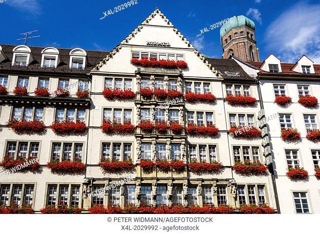 Munich, the department store Hirmer in Neuhauser Strasse, with Frauenkirche, Bavaria, Germany