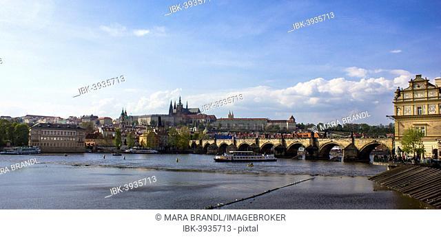 Vltava river with Charles Bridge, Karluv most, Prague Castle at the back, UNESCO World Heritage Site, Prague, Czech Republic