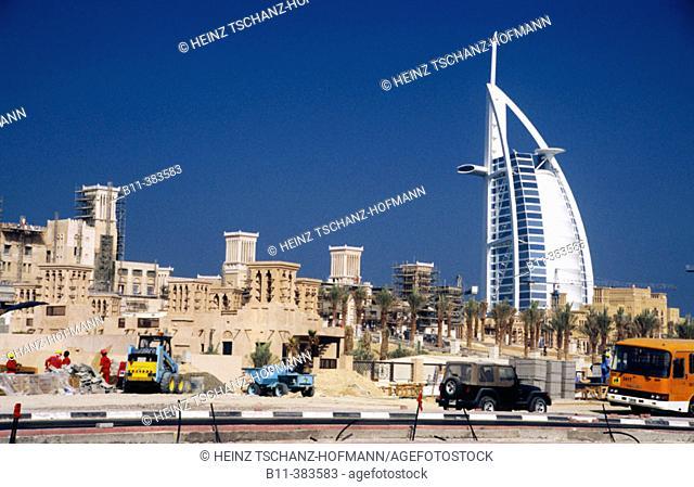 Emirat, Stadt Dubai, Stadtteil Jumeira, das Hotel Burj Al Arab, Luxushotel, im Vordergrund der Neubau einer Hotelanlage Emirate, city of Dubai