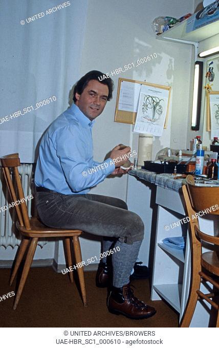 Der deutsche Schauspieler Hans Jürgen Bäumler am Schminktisch in der Garderobe, Deutschland 1980er Jahre. German actor Hans Juergen Baeumler at his wardrobe