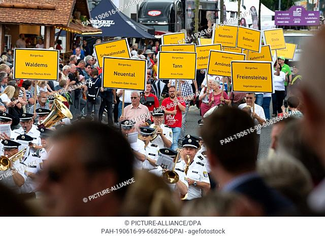 """16 June 2019, Hessen, Bad Hersfeld: The """"""""Landesstiftung Miteinander-in-Hessen"""""""" (Land Foundation for Cooperation in Hesse) is walking through the streets..."""
