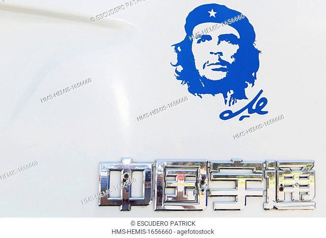Cuba, Cienfuegos Province, Cienfuegos, portrait of Che Guevara ( Copyright Alberto Diaz Guttierez alias Korda) at the back of a Chinese bus