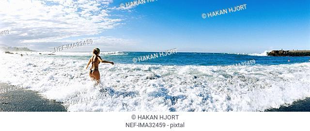 Woman i waves