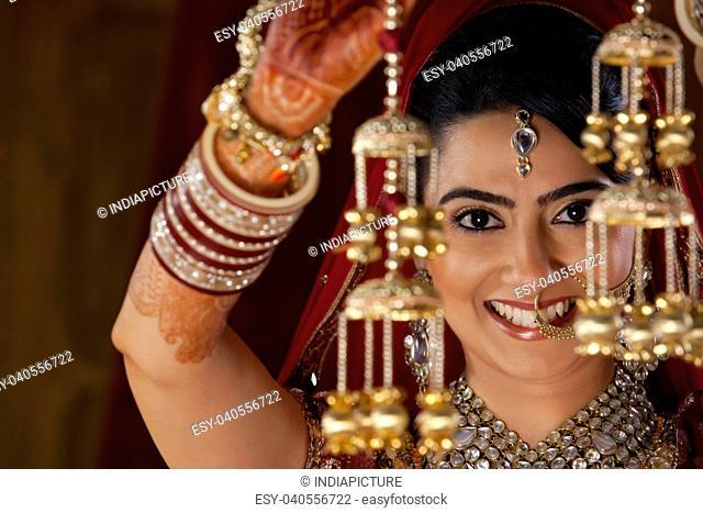 Maharashtrian bride holding kaleere
